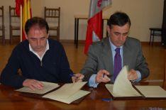 Antonio Pardo y Benito Serrano firman el acuerdo. Dip