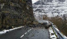 Rocas y piedras invaden la calzada en Villoslada. / SN