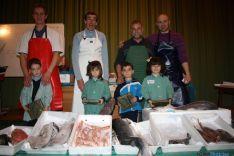 Los niños, en su experiencia con el pescado.