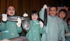 Los niños se divierten con el pescado.