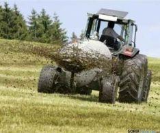 Un tractor esparciendo purín/Ayto. El Burgo