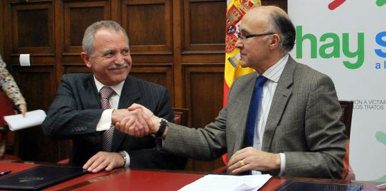 El alcalde de Almazán, José Antonio de Miguel (izda.) con el delegado del Gobierno Ramiro Ruiz. / SN