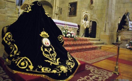 El nuevo manto, y  a la derecha, la imagen de La Soledad en el Espino. / SN