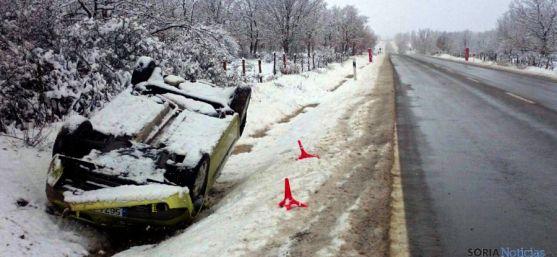 Un coche volcado en las cercanías de Valonsadero, este lunes. / SN