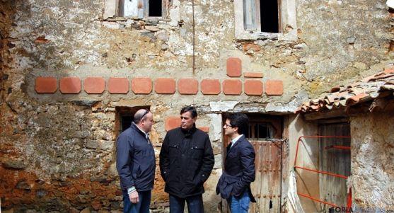 Millán (izda.), Pardo y Cabezón frente a la casa de Bécquer. / Dip