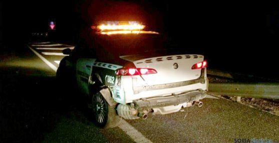 El vehículo de la patrulla de Tráfico tras el impacto. / @42radares