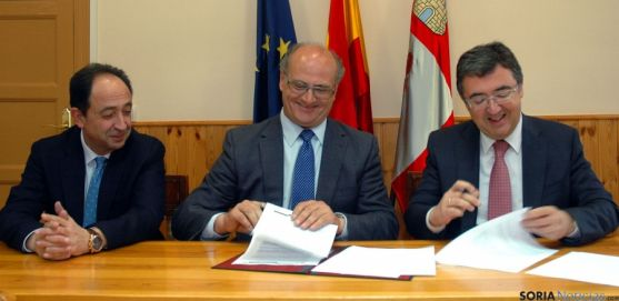 López, (izda.), De Pablo y Marinero, en la firma del convenio. / Jta.