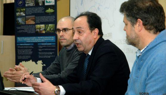 El delegado territorial Manuel López, (ctro.) con David Gómez y José M. Meneses. / Jta.