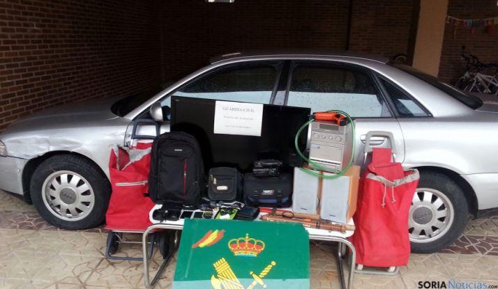 El vehículo y artículos sustraidos. / Sudeleg.
