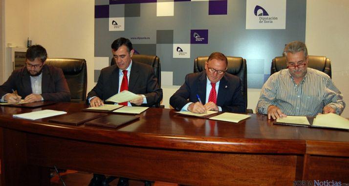 Cabrerizo, (izda.), Pardo, Rubio y Heras en la firma de los convenios. / Dip.