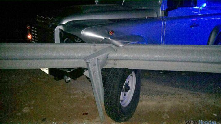 El todo terreno empotrado en el quitamiedos. / El vehículo de la patrulla de Tráfico tras el impacto. / @42radares