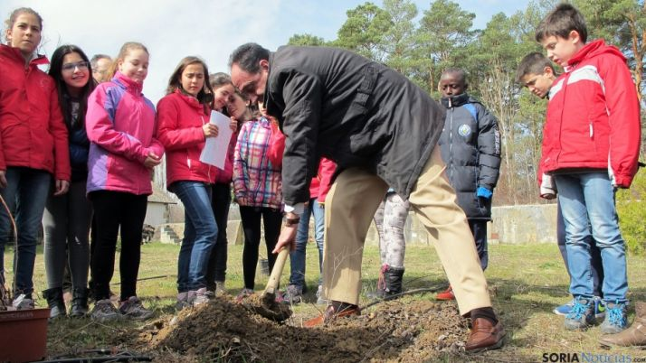 El delegado territorial, Manuel López, colabora en la plantación de especies arbóreas.