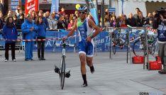 Emilio Martín conseguía montar el primero su bicicleta tras el primer tramo a pie. / SN