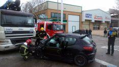 Los bomberos junto al vehículo siniestrado. / Ayto