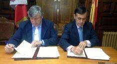 Herrero (izda.) y Pardo, en la firma del convenio en el ayuntamiento de Navaleno. / Dip.