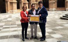 Los profesores de Escolapias con el premio.