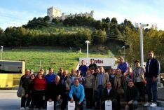 El grupo, delante del castillo