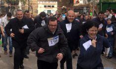 El obispo, a la derecha, en la salida de la carrera en la Dehesa. / DOS