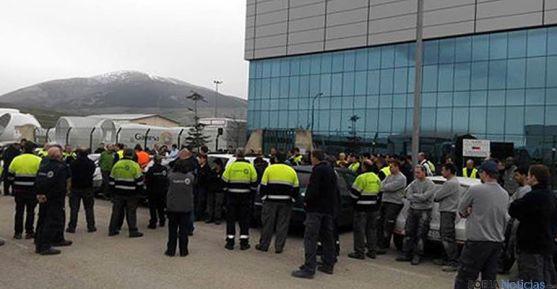 Los empleados de Gamesa se concentraban este mediodía en las puertas de la planta. / SN