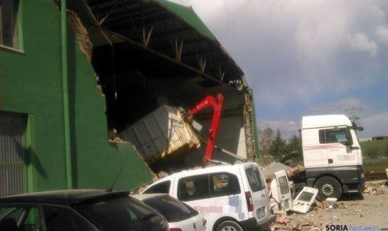 Escombros sobre los vehículos tras el derrumbe.