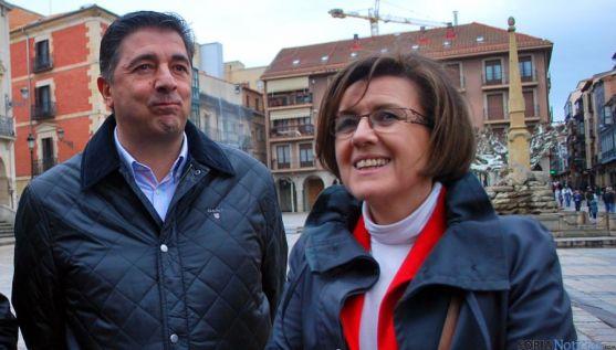Marimar Angulo con Jesús Peregrina en la plaza Mayor de Soria. / SN