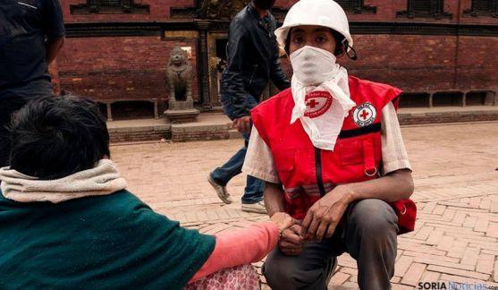 Un voluntario de la Cruz Roja Nepalí tras el terremoto./ayuda.cruzroja.es