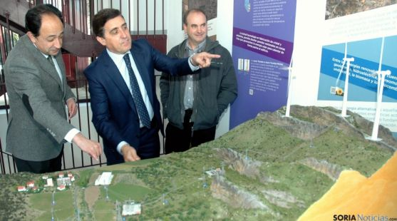 López, (izda.), Martínez y Arancón con la nueva maqueta. / Jta.