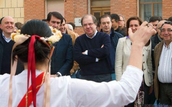 Juan Vicente Herrera, en el centro, este jueves en Villalar. / Jta.