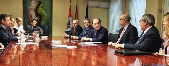 Miembros en la reunión para constituir la mesa. / Jta.