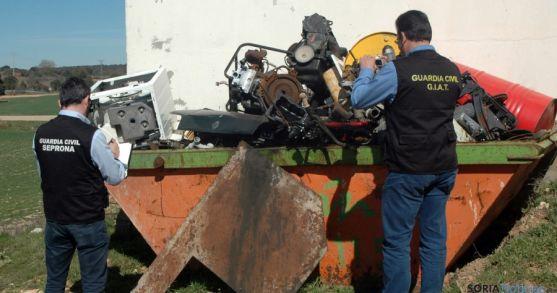 Agentes del Seprona ante materiales del taller clandestino. / Subdeleg.