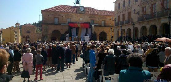 Cientos de personas asistieron a la misa en la plaza Mayor