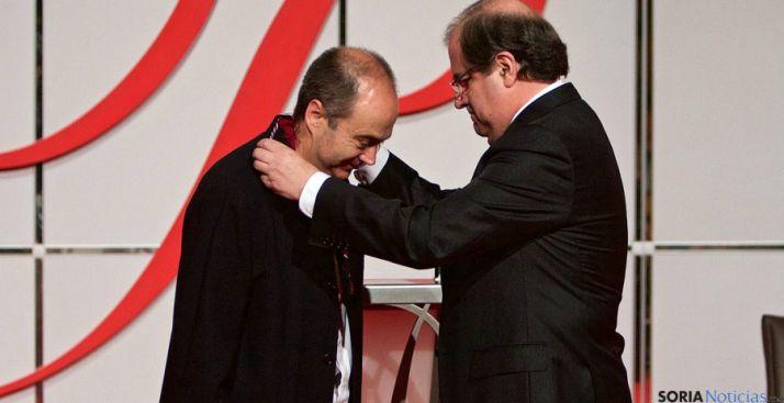 El poeta soriano recibe del presidente el galardón. / Jta.