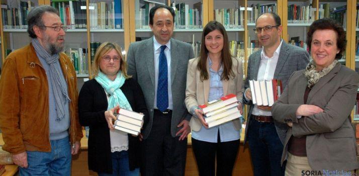 Los ganadores, con los libros del premio. / Jta.
