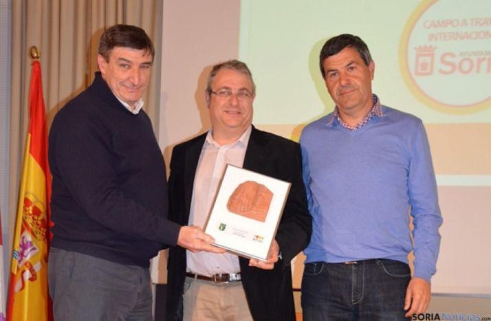 Jesús Díez y Jesús Hernández recogiendo el premio