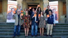 De Lózar, (ctro.) con miembros de la lista electoral al Ayuntamiento. / SN