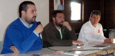 Casas, (ctro.) en el mitin del PSOE.