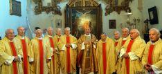 Los sacerdotes con el obispo. / DOS