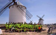 El grupo, ante los molinos de viento.