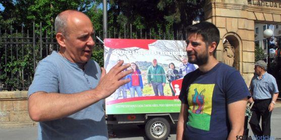 Enrique García, (izda.) junto a uno de los miembros de la candidatura de IU. / SN
