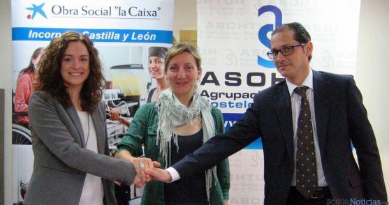 García, (izda.), Santos y Vela tras la firma del convenio.
