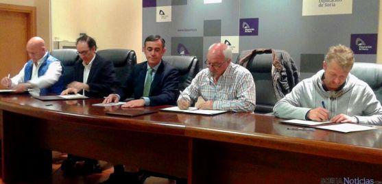 Antonio Pardo (ctro.) en el convenio con representantes de las cuatro entidades.