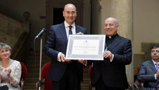 El arzobiispo, con el alcalde de Ágreda este domingo. / SN
