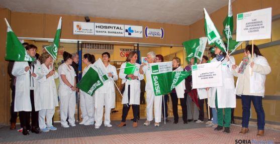 Concentración de profesionales de enfermería este martes en el Santa Bárbara. / SN