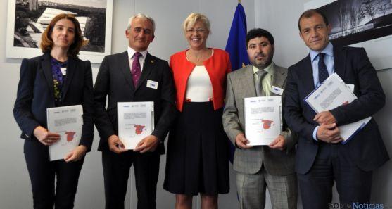 Miembros de las patronales, con la comisaria europea (ctro.). / FOES
