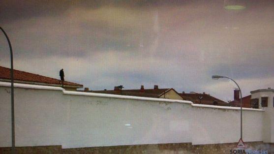 Un hombre en el tejado de la cárcel