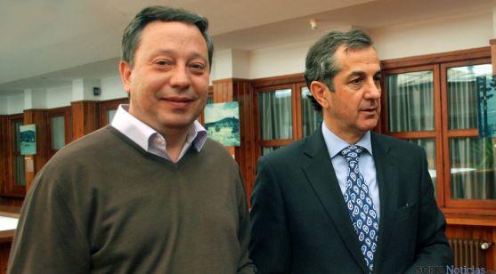 Adolfo Sainz, (izda.) con el director de la UNED en Soria, Alberto Caballero. / SN