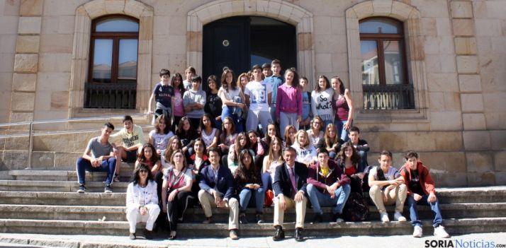 Los jóvenes galos, en la puerta de la Diputación.