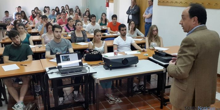 El delelgado de la Junta, con los alumnos. / Jta.