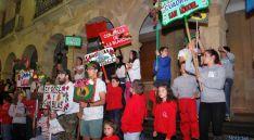 Los carteles de las cuadrillas, en la escalera del ayuntamiento. / SN