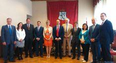 Alonso (ctro.) con la nueva corporación del Ayuntamiento de Ágreda. / SN